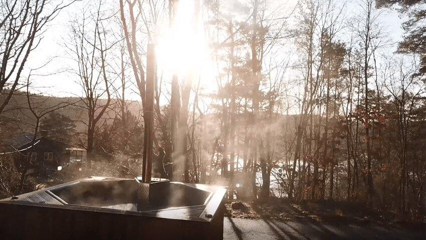 rykande vedeldad badtunna i solsken